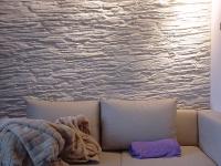 mediterrane wandgestaltung im wohnzimmer mit der kunststeinpaneele. Black Bedroom Furniture Sets. Home Design Ideas