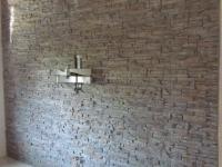 mediterrane wandgestaltung im wohnzimmer mit der kunststeinpaneele
