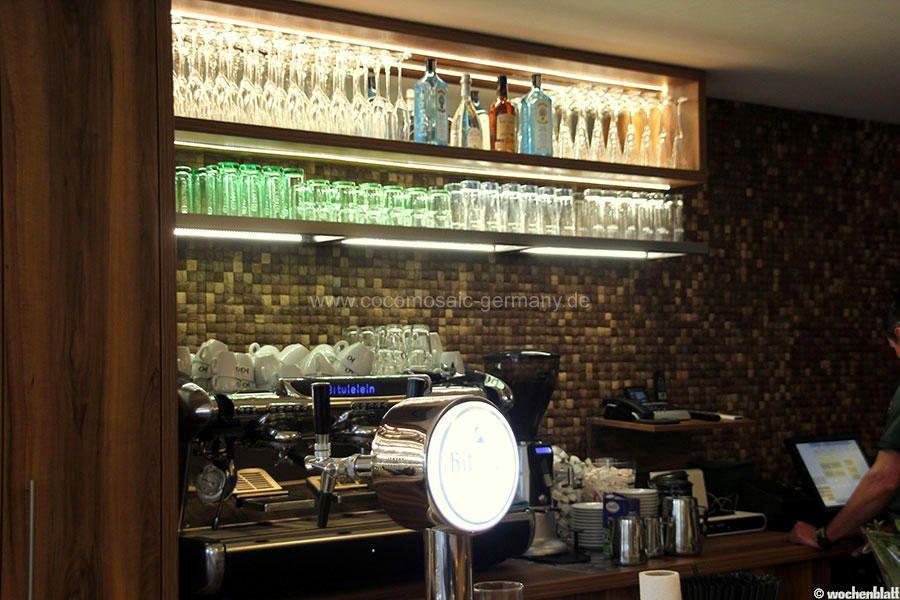 Kokos-Mosaikfliesen als Wandgestaltung im Restaurant