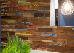 Holzpaneele Boat aus Teakholz. Eine rustikale Wandgestaltung aus Bootsbrettern im Büro in München