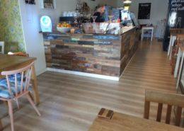 Rustikale Holzwand als Tresenverkleidung im Cafe in Düsseldorf - Holzpaneele Boat aus alten Bootsbrettern