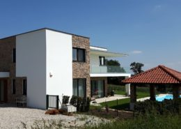 Mediterrane Hausfassade mit Kunststein Verblendsteinen in der Nähe von Linz