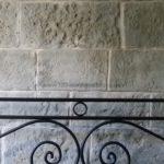 Kunststeinpaneele-Mostar-Steinwand-im-Schlafzimmer