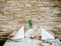 holzwaende-teakholz-skin-small-restaurant (7)