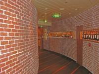 Wandgestaltung der Vinothek auf der Aida Sol