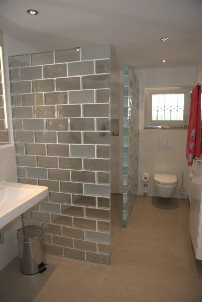 glasw nde als duschabtrennung im badezimmer der partner f r kreative wandgestaltung und. Black Bedroom Furniture Sets. Home Design Ideas