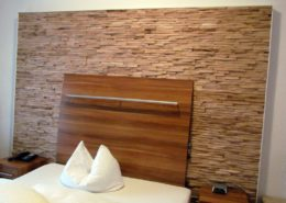 Holzpaneele Cuts aus Eichenholz als Holzwand im Hotelzimmer