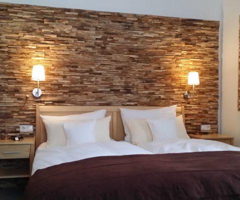 Wandgestaltung mit der Holzpaneele Memory im Schlafzimmer