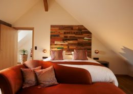 Holzpaneele Boat aus Teakholz. Eine rustikale Wandgestaltung aus Bootsbrettern im Schlafzimmer